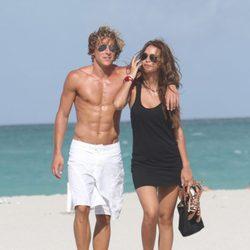 Diego Forlán y Zaira Nara pasean por Miami Beach