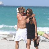 Zaira Nara y Diego Forlán paseando por la playa de Miami