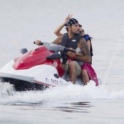 Eva Longoria y Eduardo Cruz felices en una moto acuática