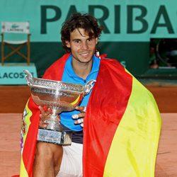 Rafa Nadal se envuelve en la bandera de España tras ganar Roland Garros