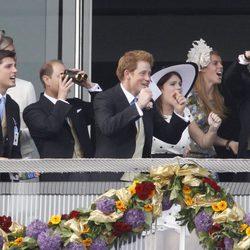 La Familia Real Británica anima a los jockeys en el Derby de Epsom