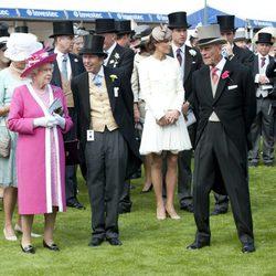 Isabel II, el Duque de Edimburgo y los Duques de Cambridge en el Derby de Epsom