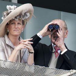 El Duque de Edimburgo y la Condesa de Wessex en el Derby de Epsom