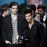 Taylor Lautner y Robert Pattinson en los MTV Movie Awards 2011