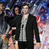 Robert Pattinson recoge un galardón en los MTV Movie Awards 2011