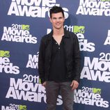 Taylor Lautner en la alfombra roja de los MTV Movie Awards 2011