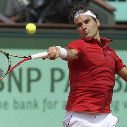 Roger Federer disputando la final de Roland Garros