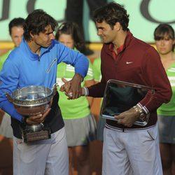 Rafa Nadal y Roger Federer se saludan tras Roland Garros