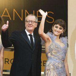 Geoffrey Rush y Penélope Cruz saludan en Cannes