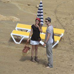Olivia Molina y Sergio Mur a su llegada a la playa
