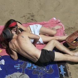 Olivia Molina y Sergio Mur besándose en la playa