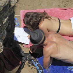 Olivia Molina y Sergio Mur leen atentamente en la playa