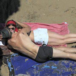 Olivia Molina y Sergio Mur de olvidan de leer para besarse