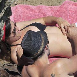 Sergio Mur acaricia la barriga de Olivia Molina en la playa