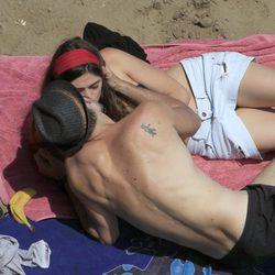 Sergio Mur y Olivia Molina besándose en Ibiza
