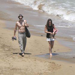 Sergio Mur y Olivia Molina pasean por la playa en Ibiza