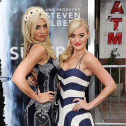 Aly y Amanda Michalka en el estreno de 'Super 8'