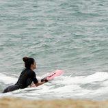 Blanca Suárez surfeando en Cádiz