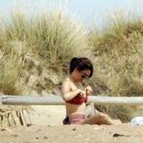 Blanca Suárez se coloca el bikini en una playa gaditana