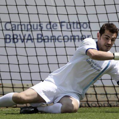 Iker Casillas para un gol en México