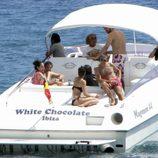 Pau Gasol, Silvia López y unos amigos en un barco en Ibiza