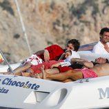 Pau Gasol y Silvia Lopez tumbados en una barca