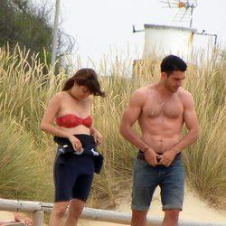 Miguel Ángel Silvestre y Blanca Suárez presumen de cuerpo en Cádiz