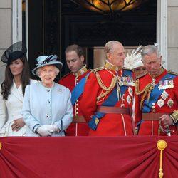 Los Duques de Cambridge, Isabel II y los Príncipes Felipe y Carlos en Buckingham Palace