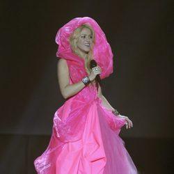 Shakira envuelta en un vestido rosa en un concierto