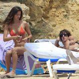 Malena Costa y Carles Puyol al sol de Ibiza