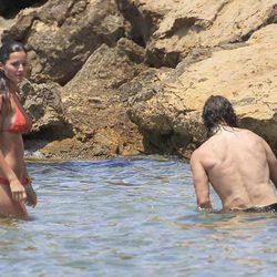 Malena Costa y Carles Puyol se bañan en el mar