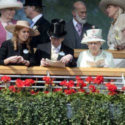 Isabel II, el Príncipe Andrés y las Princesas de York en Ascot