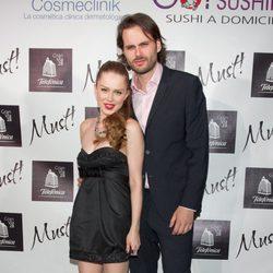 Carla Nieto y Roberto Hoyas en los Must Awards