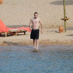Andrés Iniesta metiéndose al agua en Porto Cervo