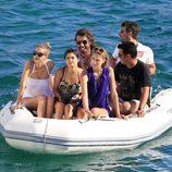 Alba Carrillo, Javier Hidalgo y unos amigos en una lancha en Ibiza