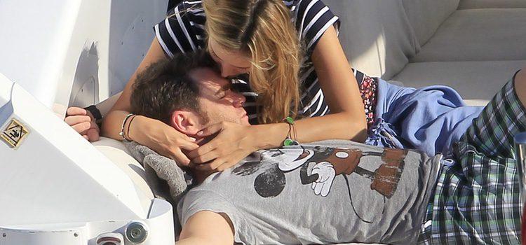 Alba Carrillo besa a Fonsi Nieto en Ibiza