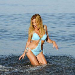 Ana Obregón, salpicada por una ola en Estepona