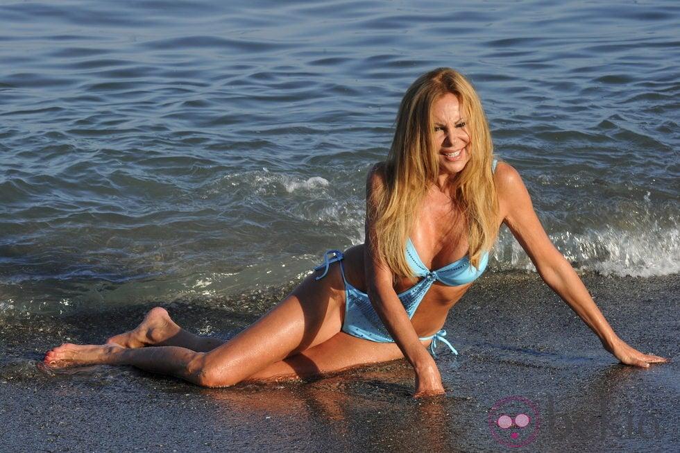 Ana Obregón a la orilla del mar