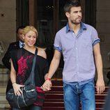 Piqué y Shakira a la salida del Hotel Ritz de París