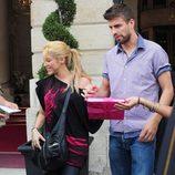 Shakira atiende a sus fans junto a Gerard Piqué