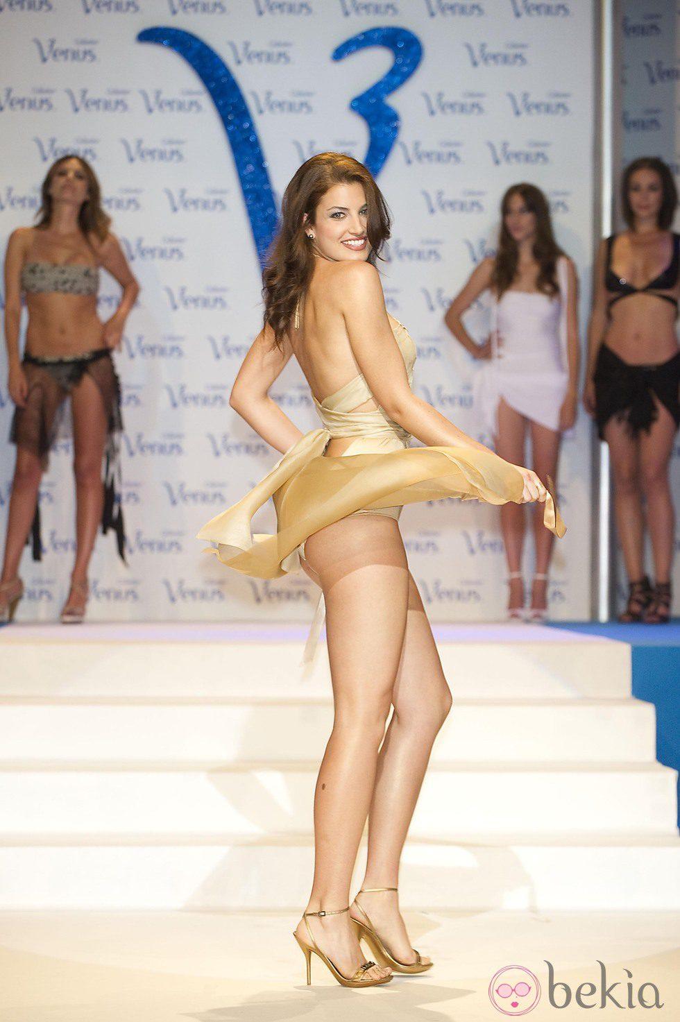 Paula Guilló desfilando en los Premios Venus de Diseño 2011