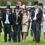 Elisabeth Hurley y varios amigos en Ascot
