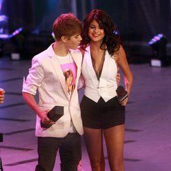 Justin Bieber y Selena Gomez agarrados en los MuchMusic Video Awards