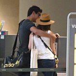 Mario Casas abraza a María Valverde en Sevilla