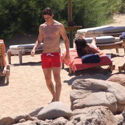 Fernando Torres caminando por la playa en Cerdeña