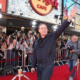 Tom Hanks saluda a su llegada al estreno de 'Larry Crowne'