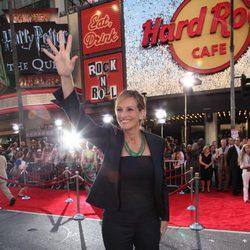 Julia Roberts saluda a su llegada al estreno de 'Larry Crowne'