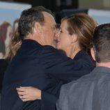 Tom Hanks y Julia Roberts besándose en el estreno de 'Larry Crowne'
