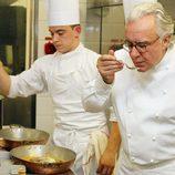 Alain Ducasse prueba un menú en Mónaco