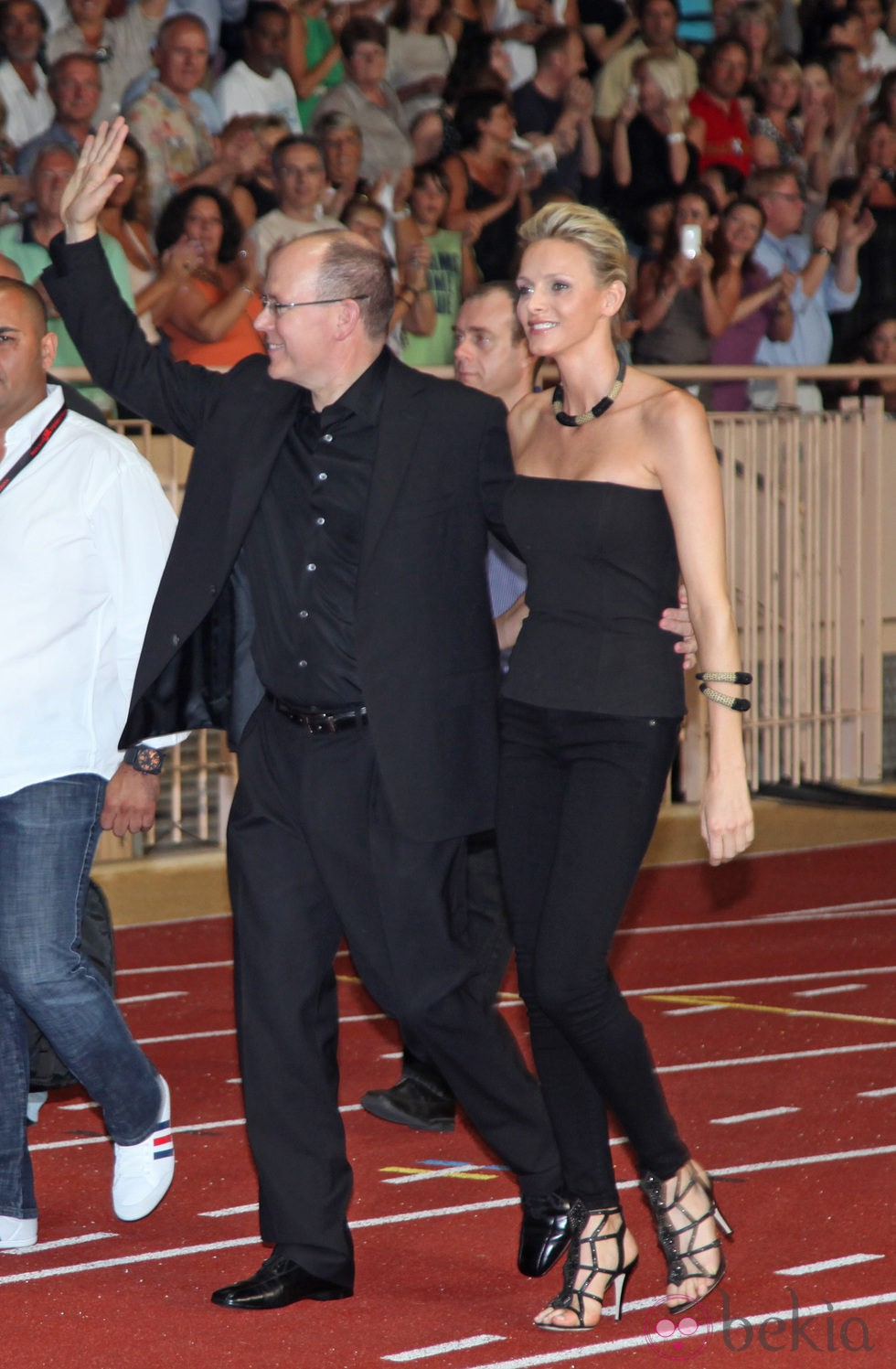 Alberto y Charlene saludan a su llegada al concierto de 'The Eagles'